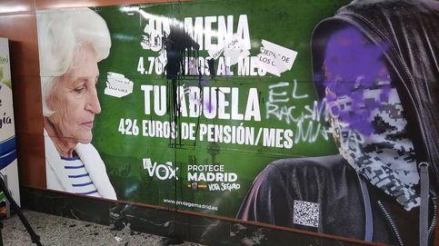 Cubren con pintadas el cartel electoral de Vox contra los menas: El racismo mata