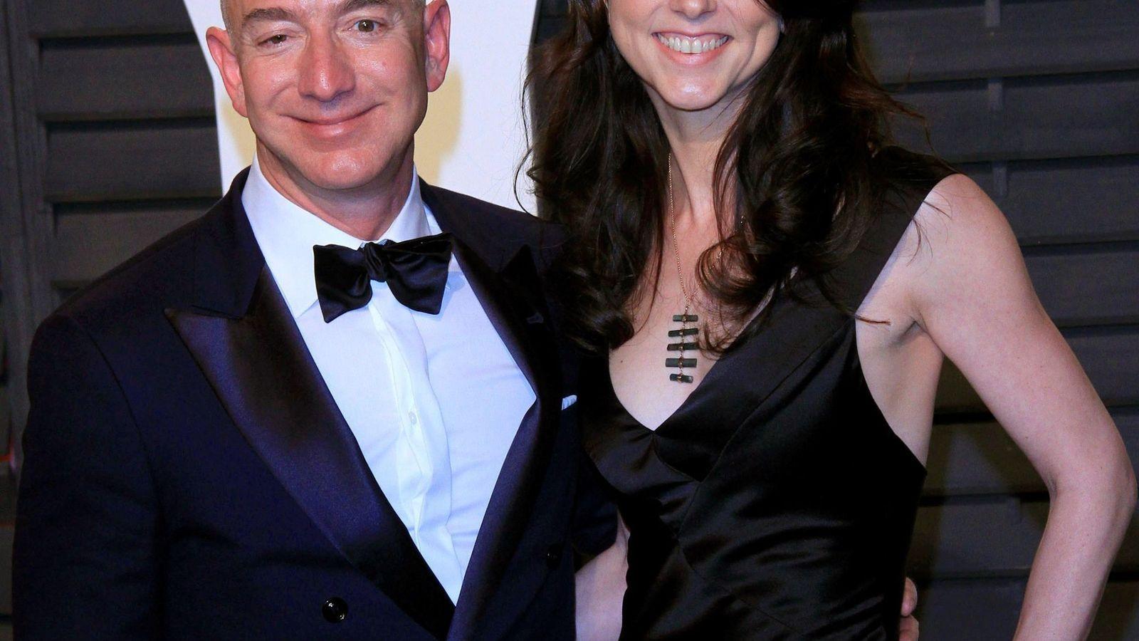 Foto: Jeff Bezos y su esposa Mackenzie. (EFE)