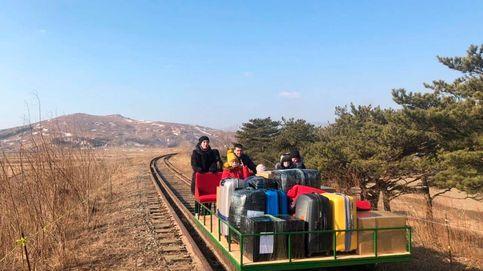 Diplomáticos rusos abandonan Corea del Norte empujando carritos por vías de tren