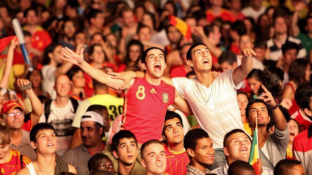 Foto: Hinchas españoles celebran el triunfo en la Final