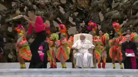 El papa Francisco se convierte en malabarista por unos segundos