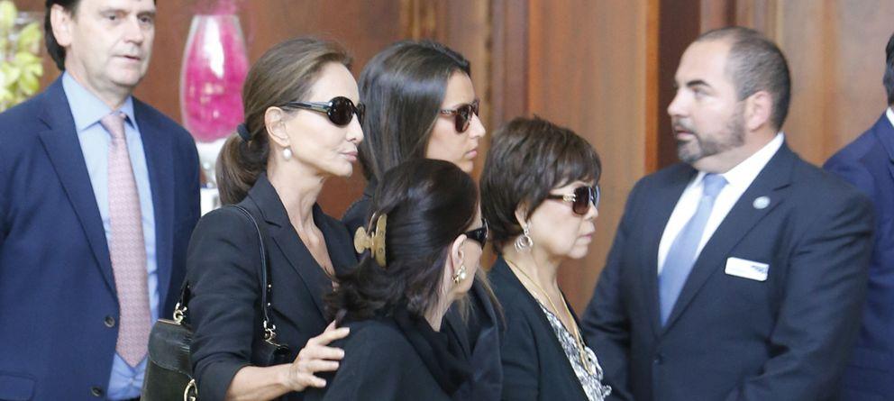 Foto: Familiares y amigos acuden a la capilla ardiente de Miguel Boyer