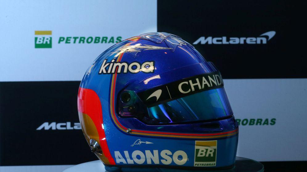 Foto: Presentación del acuerdo Petrobras y McLaren con el casco de Alonso como protagonista. (Reuters)