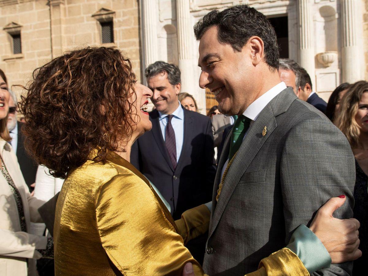 Foto: María Jesús Montero saluda al presidente andaluz, Juanma Moreno. (EFE)