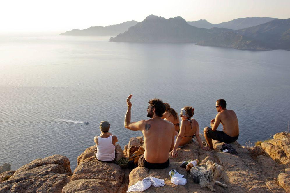Foto: Varios turistas disfrutan de la vista en la costa de Córcega, en el Golfo de Porto. (Reuters)