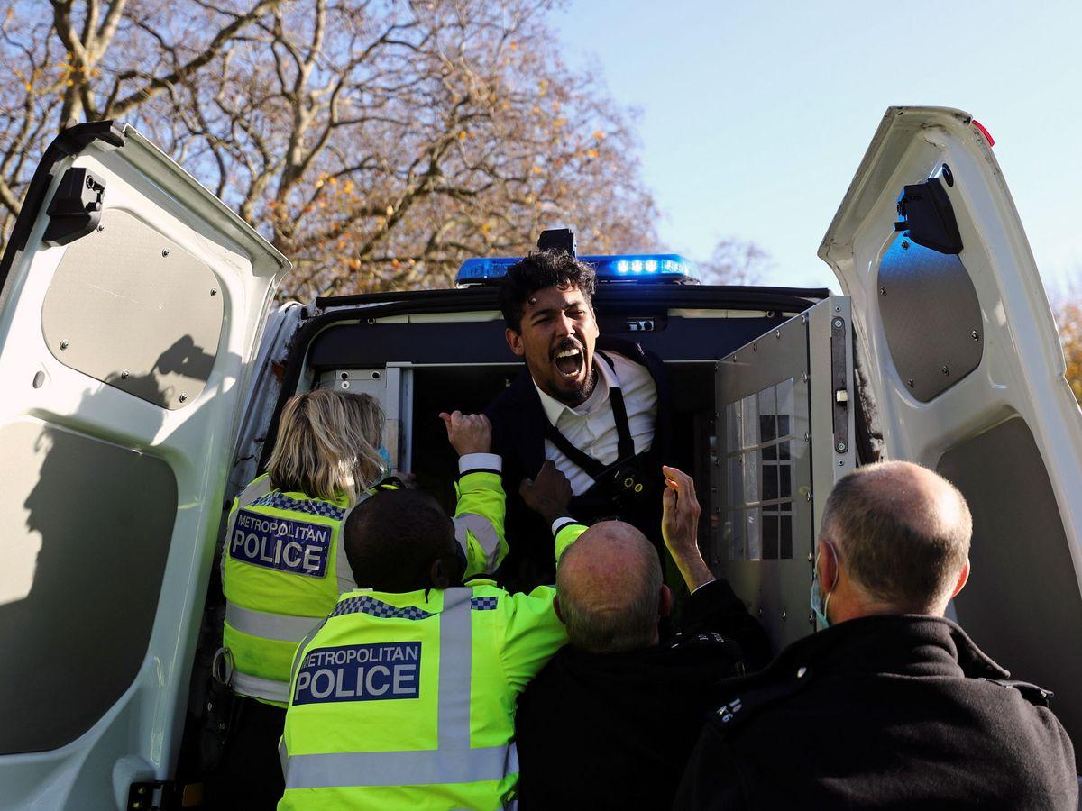 Foto: Detenido mientras trata de hablar en la Speakers' Corner de Londres. (Reuters)