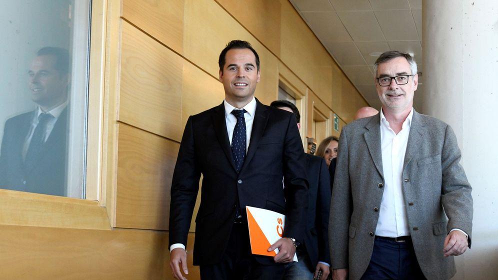 Foto: l candidato de Ciudadanos a la Comunidad de Madrid, Ignacio Aguado (i), junto al secretario general de Ciudadanos, José Manuel Villegas (d). (EFE)