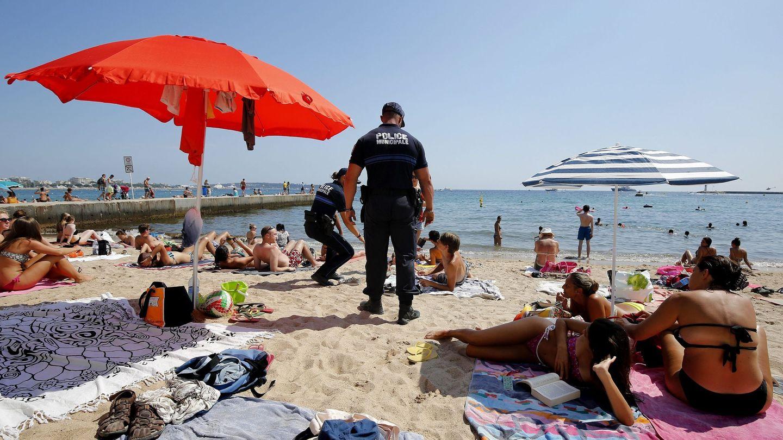 La policía patrulla por la playa de Cannes, Francia, el 4 de agosto de 2016. (EFE)