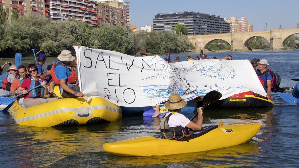 Foto: Descenso simbólico por el Ebro en Zaragoza con las alegaciones contra el proyecto del embalse. (P. P. A.)