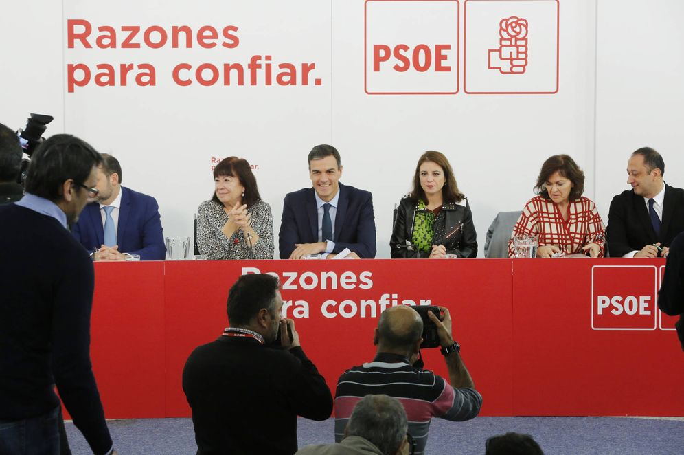 Foto: Pedro Sánchez, con su número dos, Carmen Calvo (2d), este 5 de noviembre en la ejecutiva del PSOE. (Inma Mesa | PSOE)