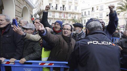 La marea blanca recibe a Susana Díaz con gritos y pancartas en Cádiz