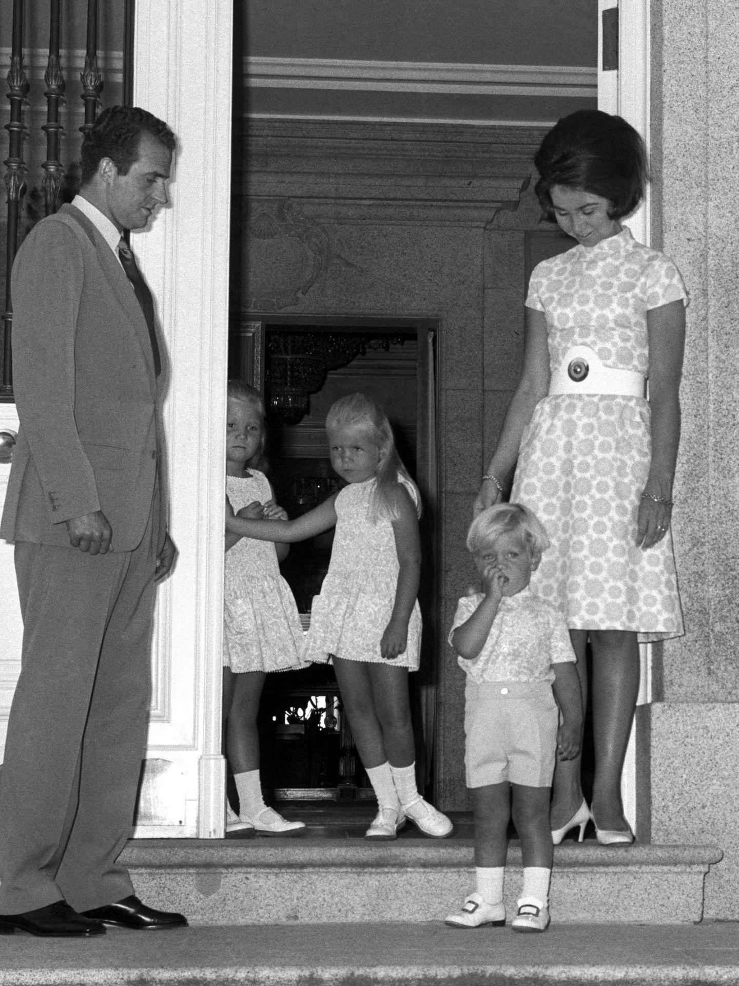 Los Príncipes de España Juan Carlos y Sofía, en 1970 con sus hijos, en Zarzuela. (EFE)