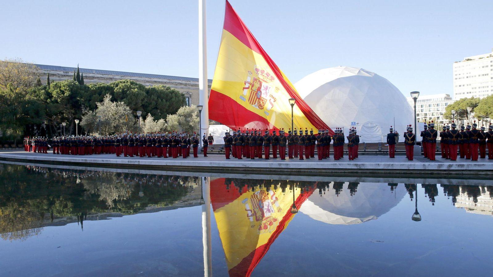 Foto: Acto solemne de izado de la bandera nacional presidido por los presidentes del Congreso y del Senado, en Madrid. (EFE/Juanjo Martín)
