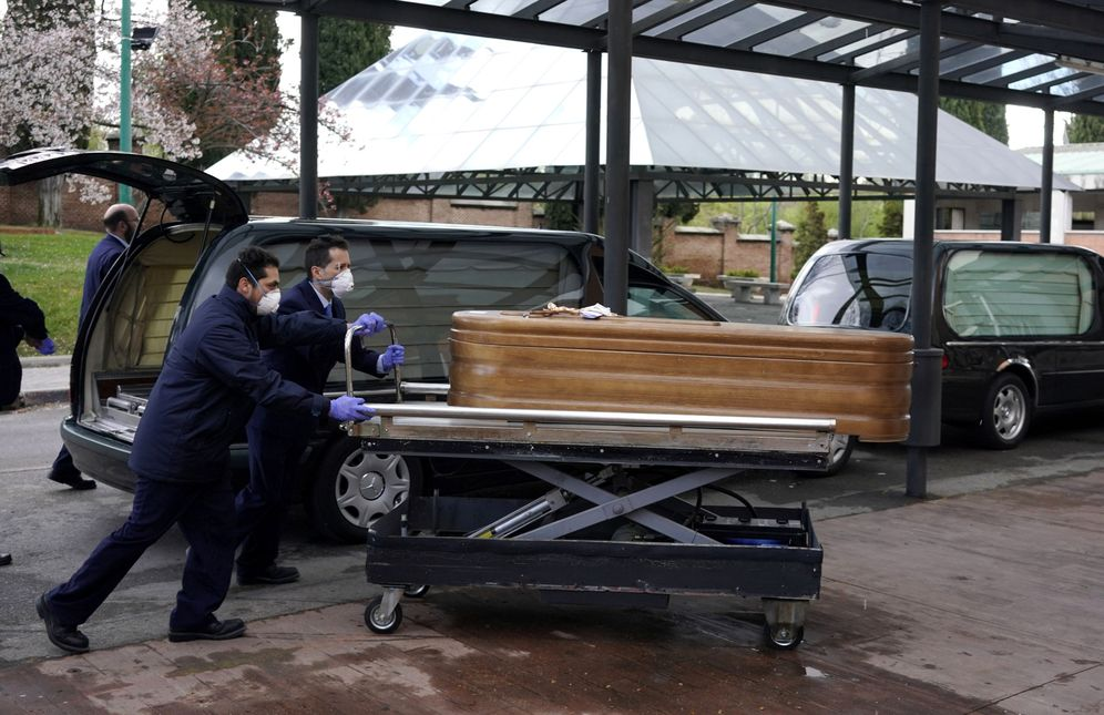 Foto: Últimas cremaciones en La Almudena. (Reuters)