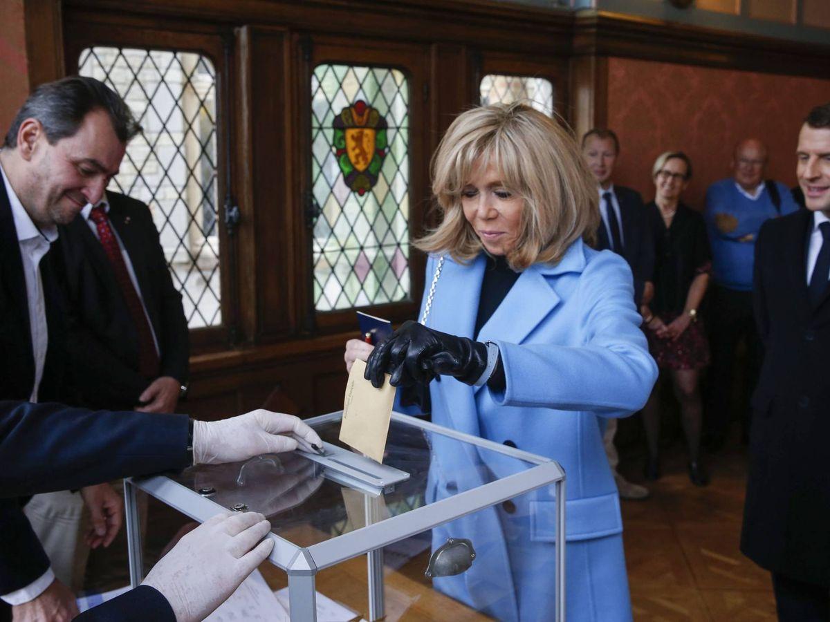Foto: Brigitte Macron, votando. (Cordon Press)