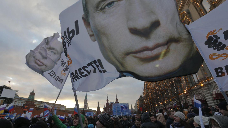 Una multitud celebra la anexión de Crimea a Rusia en el centro de Moscú (Reuters).