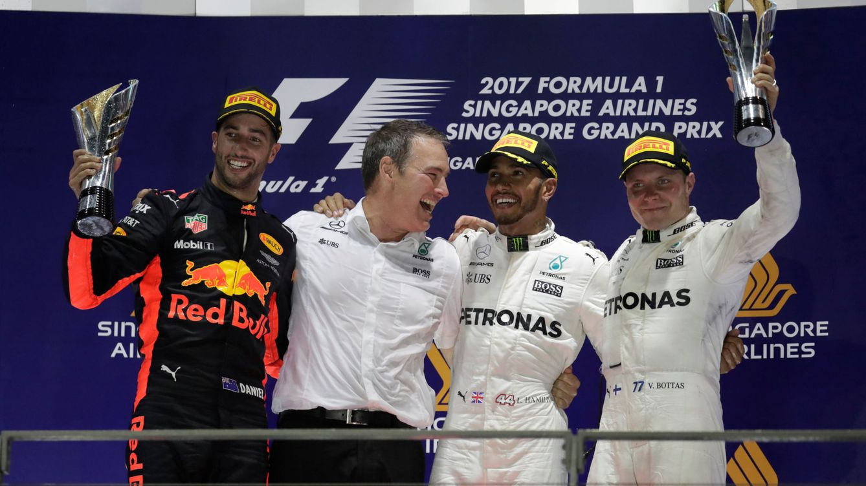 El desastre de Ferrari da alas a Hamilton y a un brillante Sainz bajo la luna de Singapur