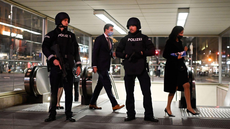 La policía austriaca, en una estación de metro cercana a la Ópera estatal de Viena. (EFE)