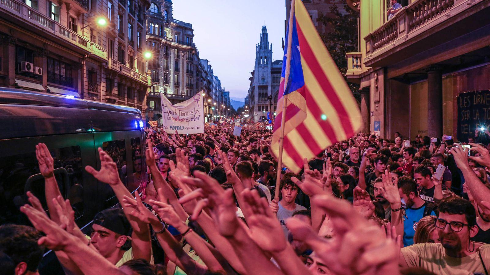 Foto: Miles de manifestantes congregados ante la Jefatura Superior de Policía de Barcelona. (David Brunat)