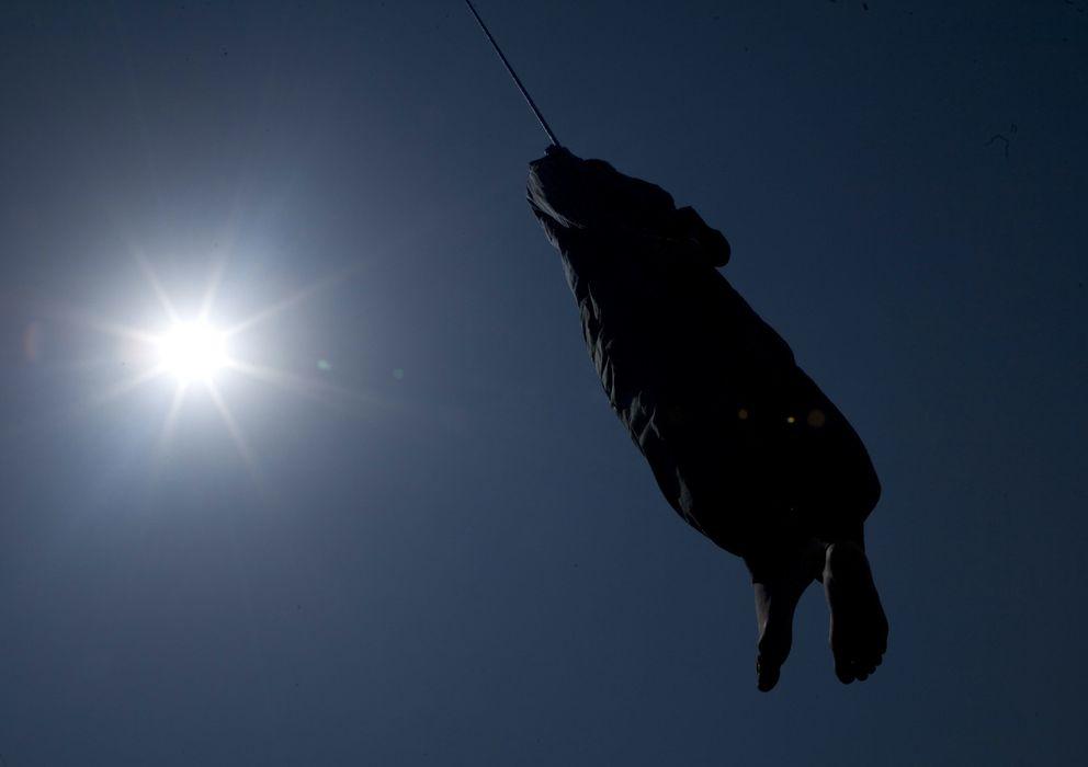 Foto: El cadáver de Hossein Kavousifar cuelga del cable de una grua tras ser ejecutado en Teherán (Reuters).