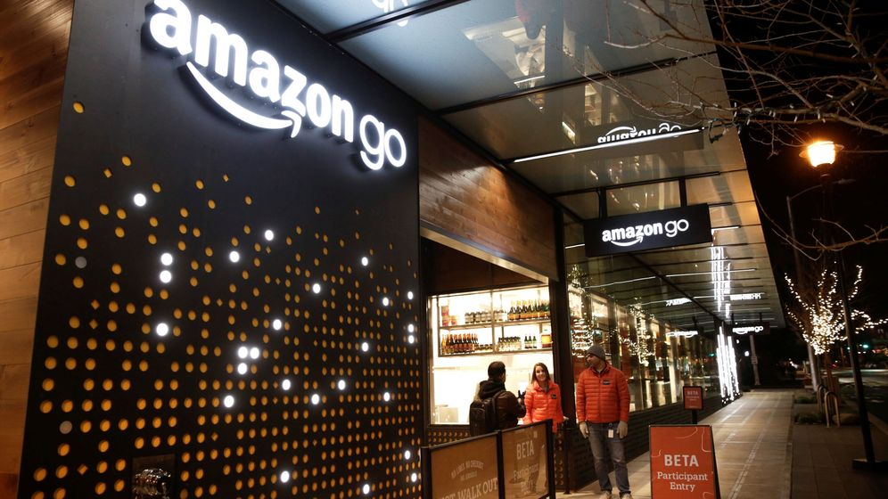 Foto: Amazon employees are pictured outside the amazon go brick-and-mortar grocery store without lines or checkout counters, in seattle washington
