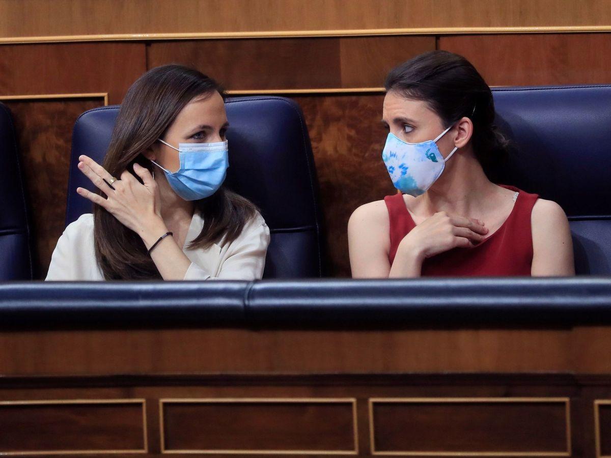 Foto: Las ministras de Derechos Sociales, Ione Belarra (i) e Igualdad, Irene Montero. (EFE)
