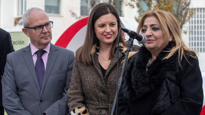 La viuda de Camarón de la Isla, Dolores Montoya, Chispa (d), junto a la alcaldesa de San Fernando, Patricia Cavada (c), y el delegado del Gobierno de la Junta en Cádiz, Juan Luis Belizón. (EFE)