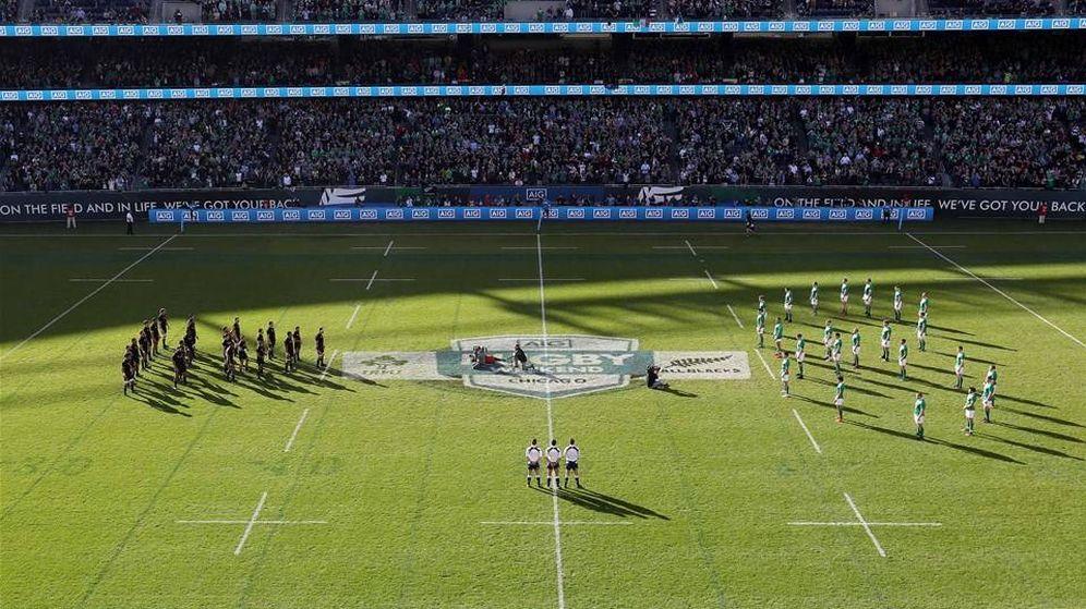 Foto: La 'haka' de los All Blacks ante el '8' irlandés en honor a Anthony Foley (Irish Rugby).