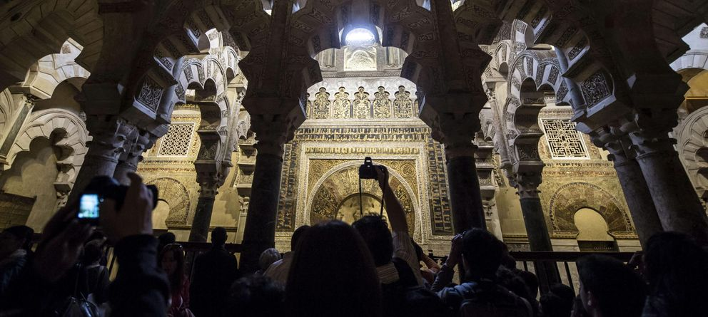 Foto: Turistas recorren los pasillos de la Mezquita-Catedral de Córdoba. (Efe)