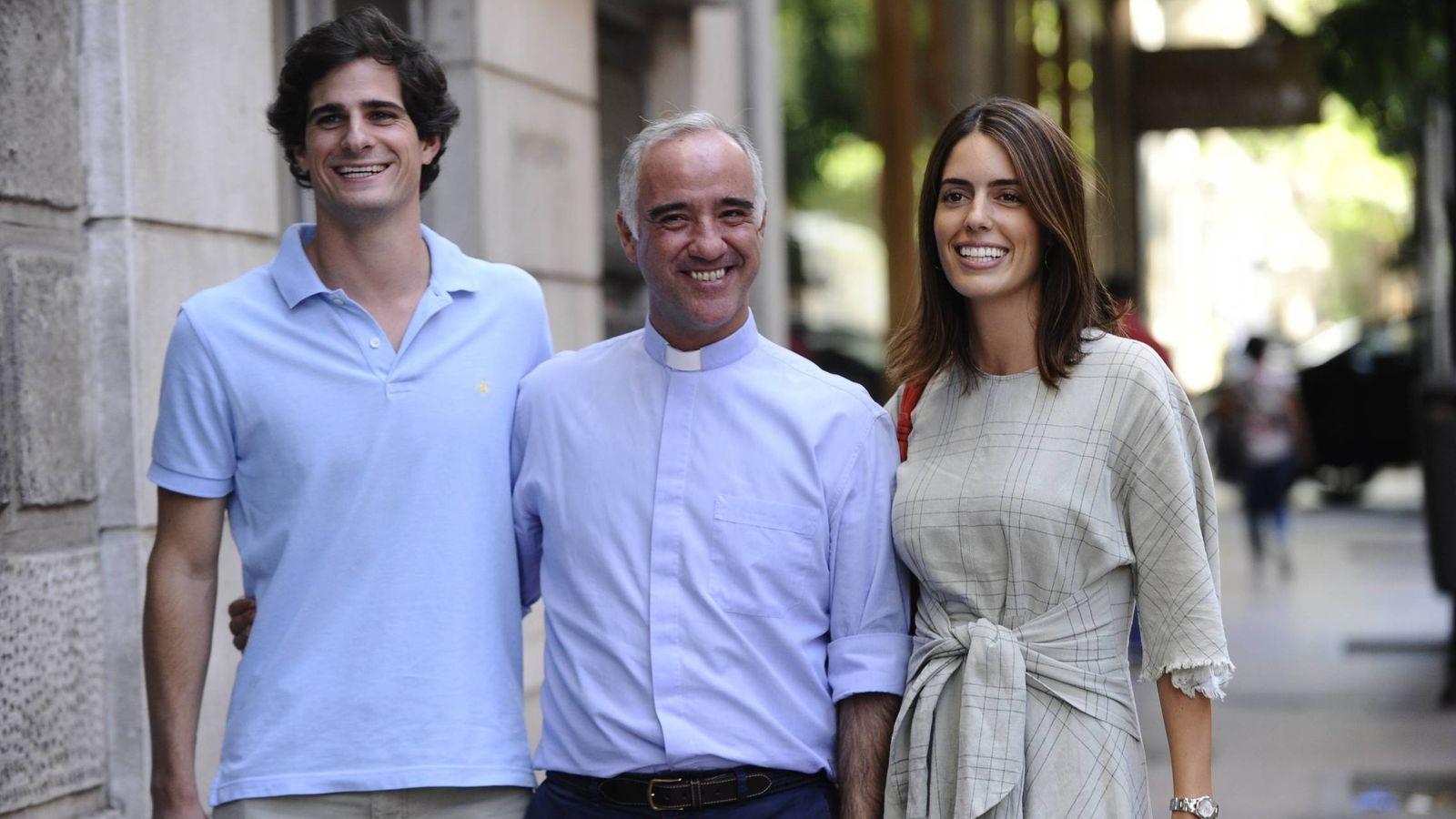 Foto: Fernando y Sofia, con el padre Sánchez Dalp, horas antes de su boda. (Cordon Press)