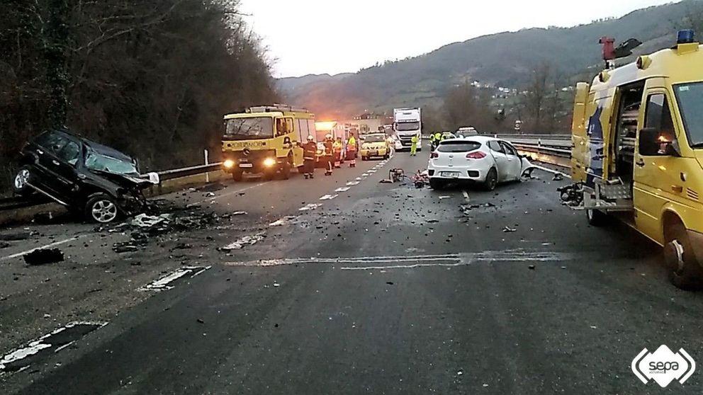 Una brutal colisión de un kamikaze a la fuga con otro coche deja dos muertos en Asturias