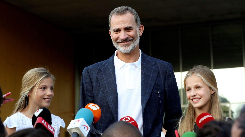La infanta Sofía, el rey Felipe y la Princesa de Asturias, a las puertas del hospital donde ha estado ingresado el rey Juan Carlos. (EFE)