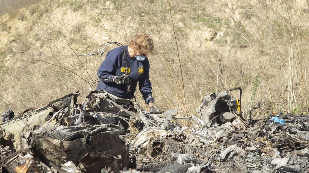 Foto: Una investigadora de la NTSB ante los restos del helicóptero siniestrado. (EFE)