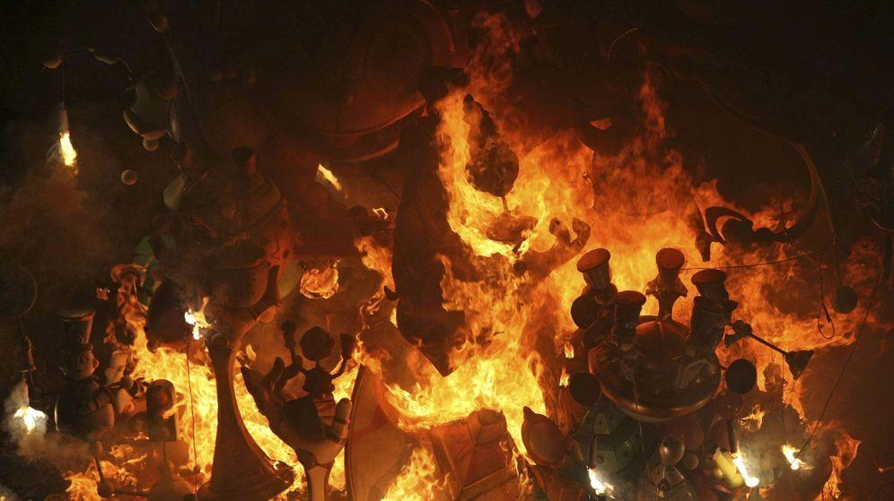 Foto: Imagen de archivo de la 'cremá' de la hoguera oficial del Ayuntamiento de Alicante (EFE)