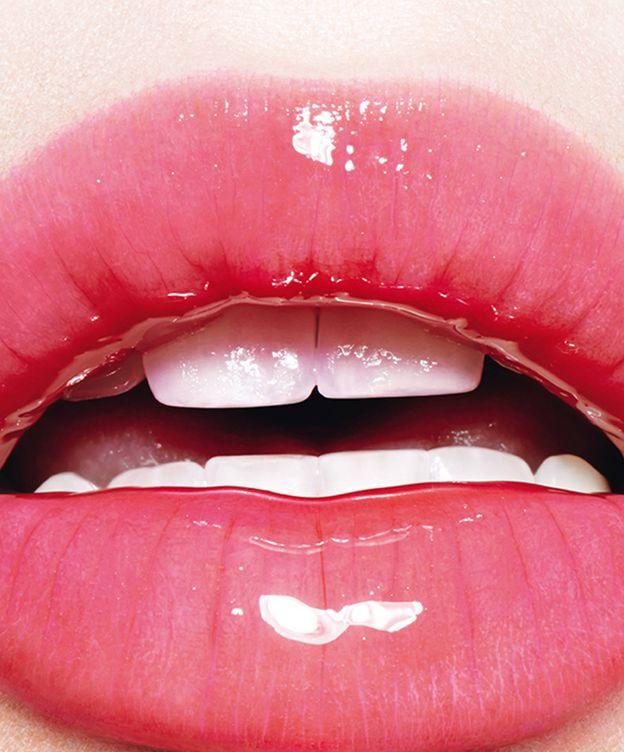 Foto: Brillo y purpurina. Haz que tus labios sucumban a la última tendencia 'beauty' (Foto: Saint Laurent)