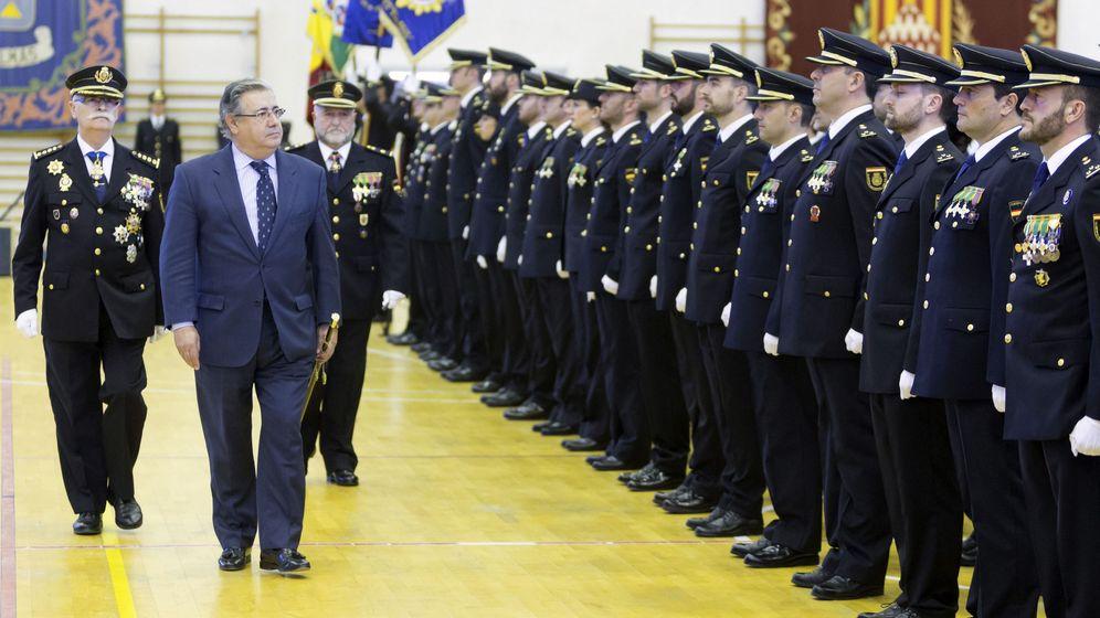 Foto: El ministro del Interior, Juan Ignacio Zoido (2i), durante el acto de la jura de la 28 Promoción de Inspectores. (EFE)