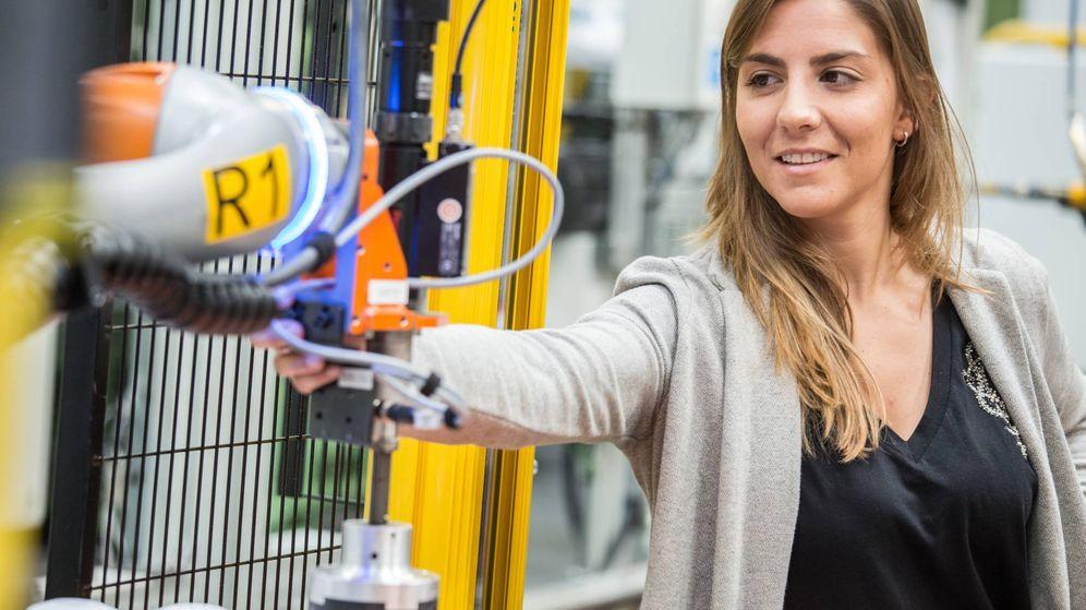 Foto: Paula Carsí, con una de las máquinas con las que trabaja en la planta de Ford Almussafes (Valencia)