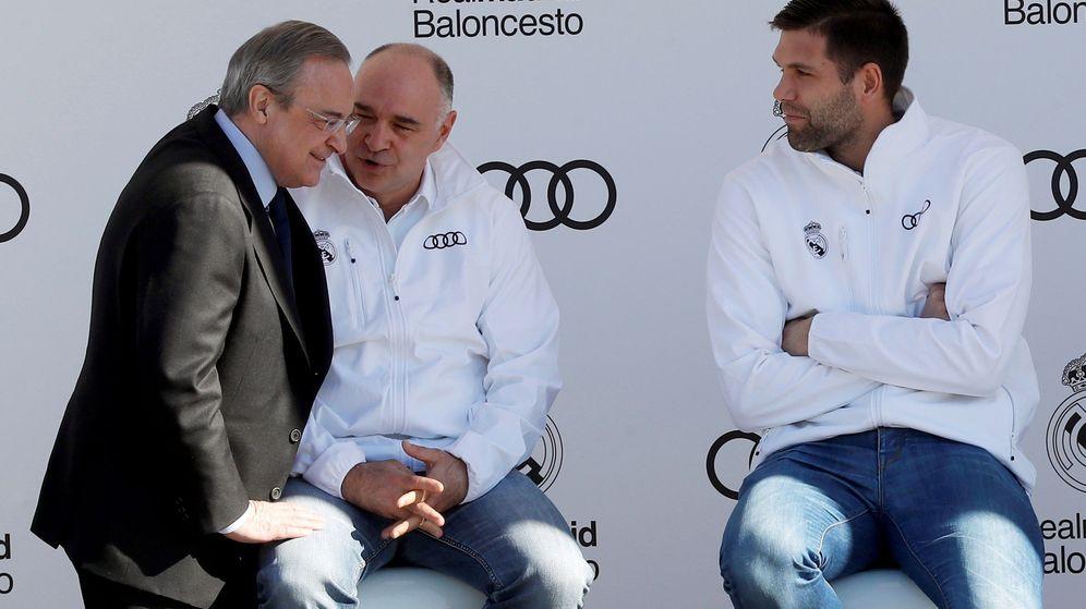 Foto: Florentino Pérez charla con el entrenador Pablo Laso y el capitán de baloncesto Felipe Reyes. (EFE)