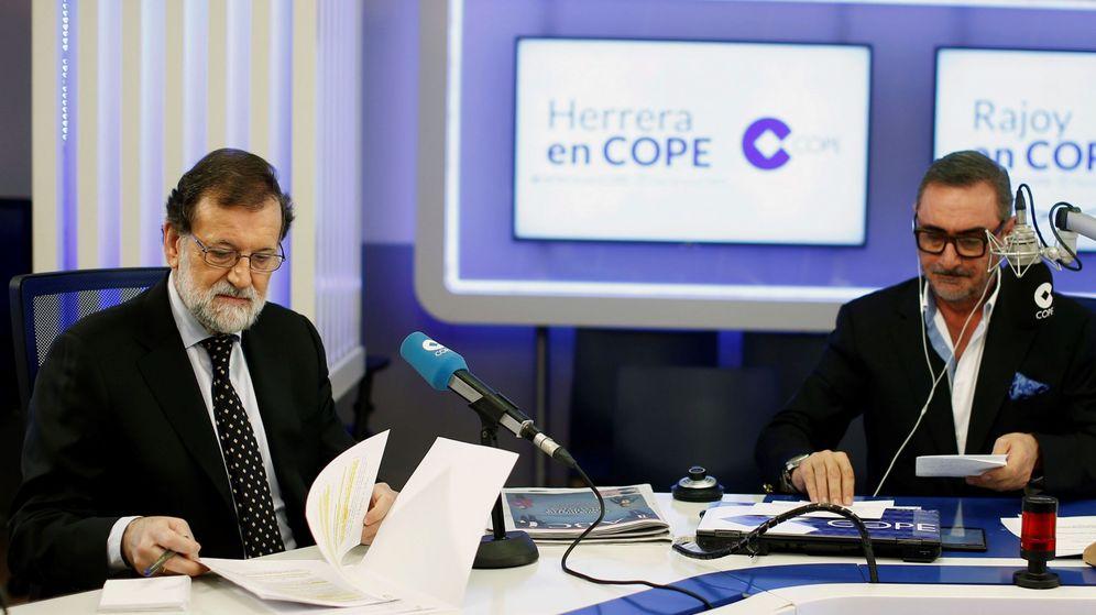 Foto: Carlos Herrera durante una entrevista con Mariano Rajoy en la COPE.