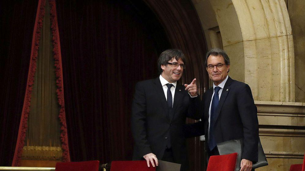 Foto: El 'president' de la Generalitat, Carles Puigdemont, y el 'expresident' Artur Mas. (EFE)