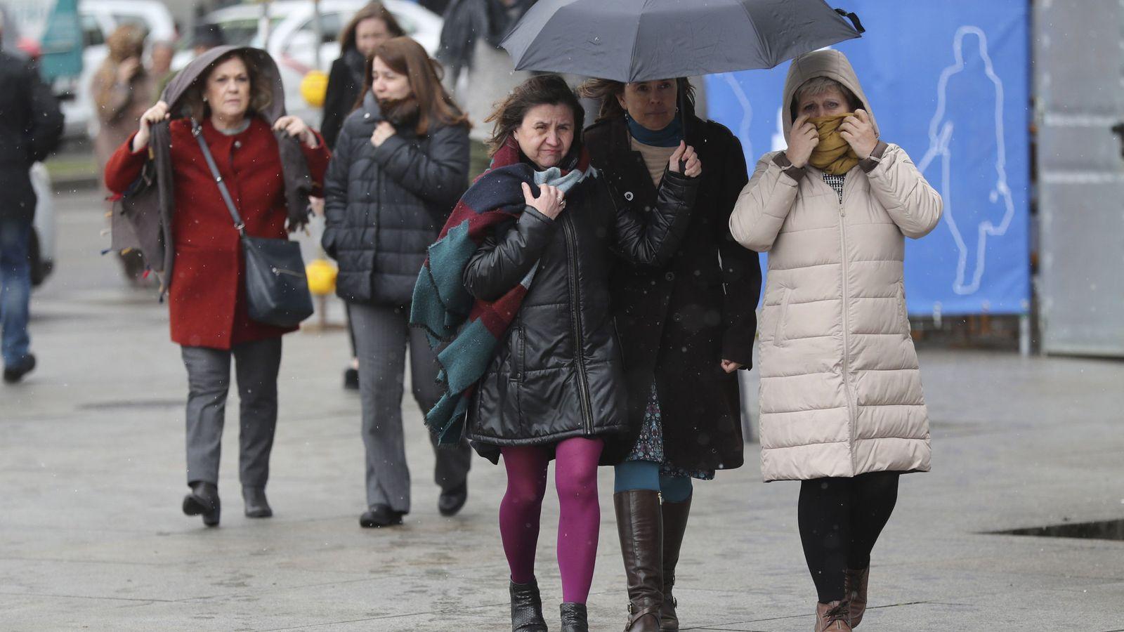 Foto:  Varias personas se protegen del frío en una céntrica calle de Madrid. (EFE)