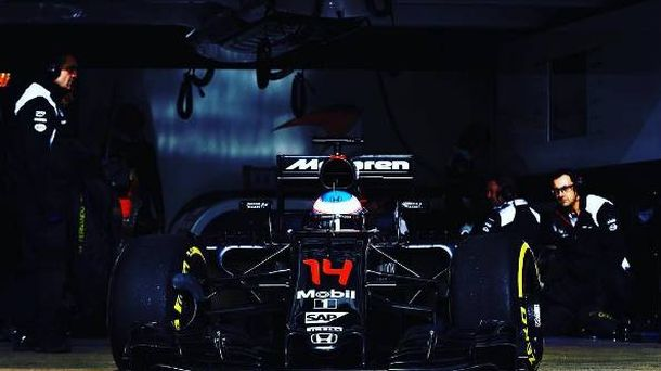 Foto: Fernando Alonso abandonando el box esta temporada (Instagram: FernandoAlo_oficial).