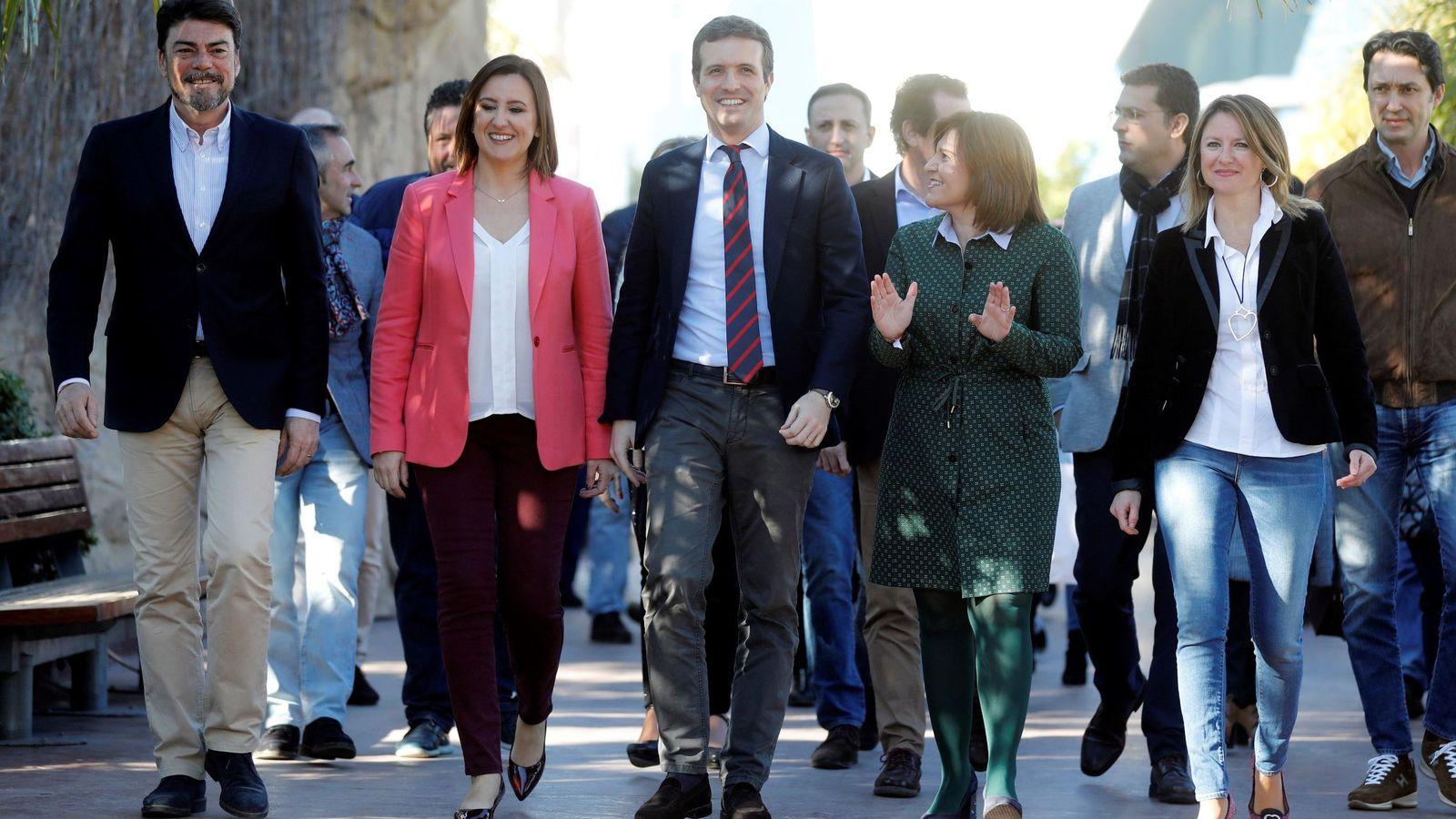 Foto: Pablo Casado (c) con los candidatos del PP valenciano. (EFE)