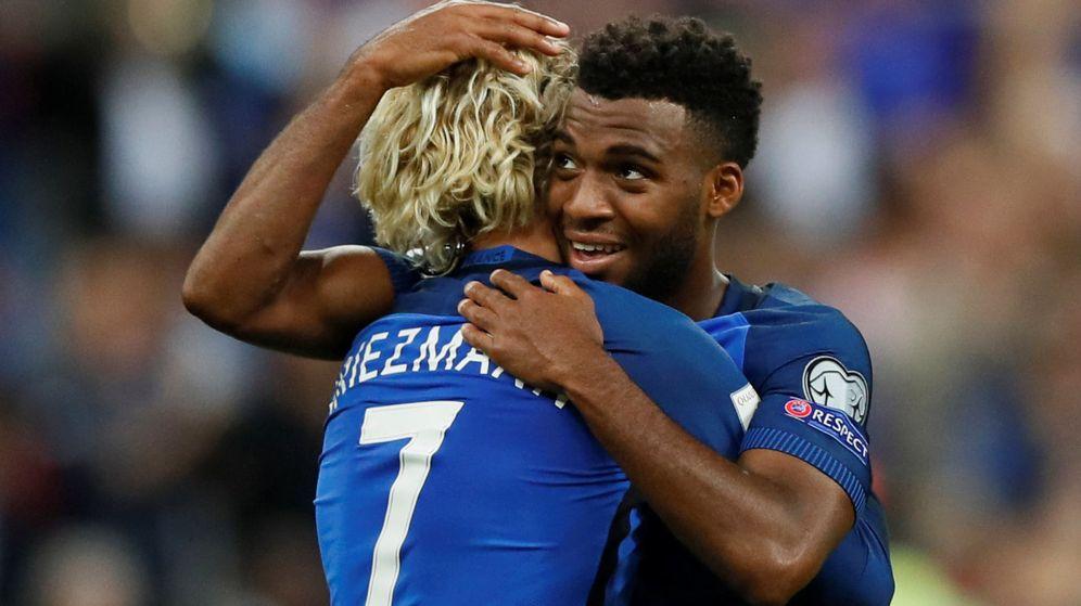 Foto: Thomas Lemar abraza a Griezmann para celebrar un gol en un partido de la selección francesa. (Efe)