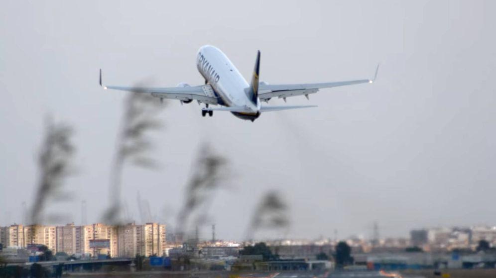Foto: El aire cruzó el avión de Ryanair sobre la pista, obligando al piloto a levantar de nuevo la nave (Foto: YouTube)