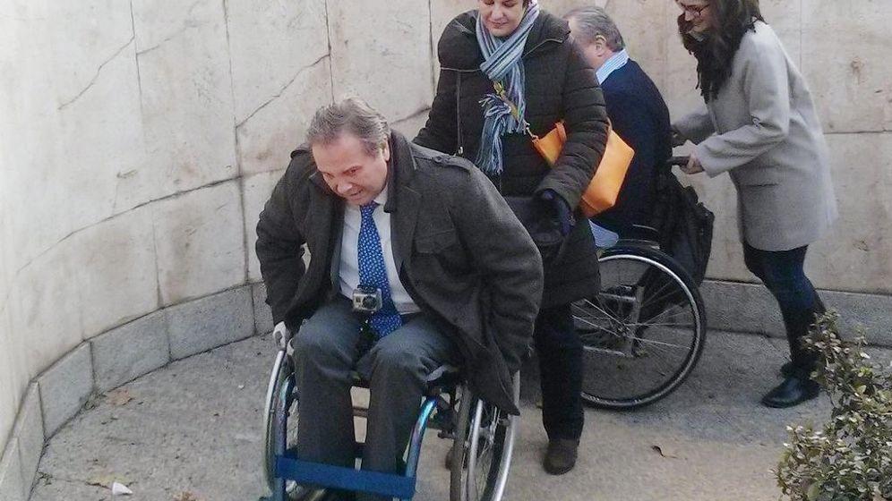 Foto: Carmona recorre el centro de Madrid en silla de ruedas para denunciar que es inaccesible.