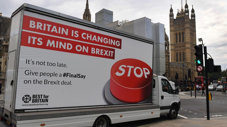 Un camión con un anuncio de la campaña en contra del Brexit. (EFE)
