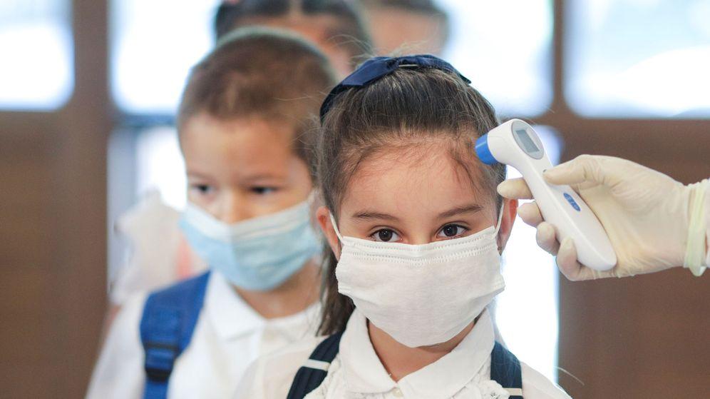Foto: Una enfermera toma la temperatura a una niña en el colegio. (Reuters)