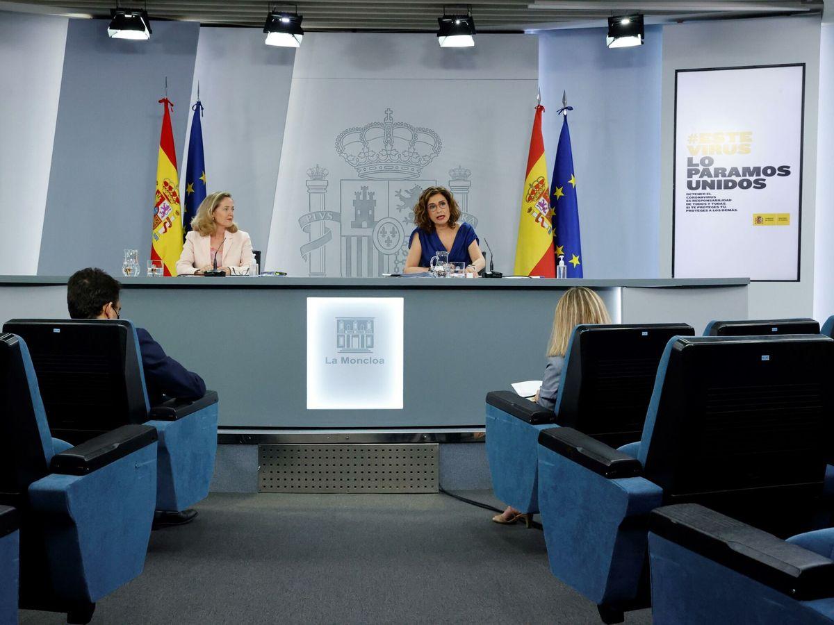 Foto: La vicepresidenta económica, Nadia Calviño, y la ministra de Hacienda, María Jesús Montero. (EFE)