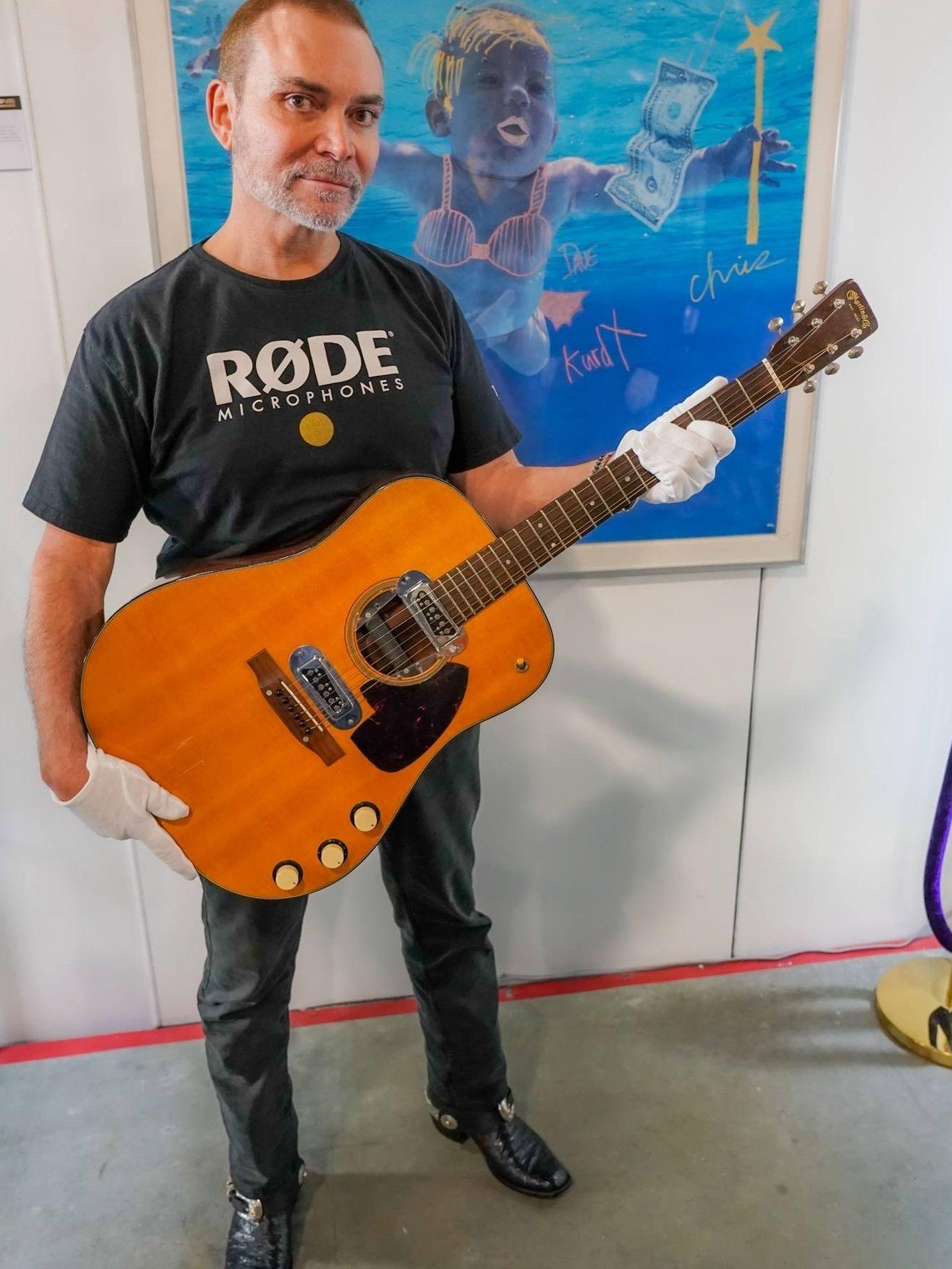 La guitarra con su nuevo dueño. (EFE)